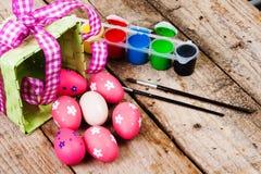 Huevos de Pascua pintados en el fondo de madera. Fotografía de archivo