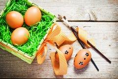 Huevos de Pascua pintados en fondo de madera. Imágenes de archivo libres de regalías