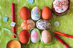 Huevos de Pascua pintados en fondo floral verde en estilo rústico Fotografía de archivo libre de regalías