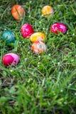 Huevos de Pascua pintados en hierba Imagenes de archivo