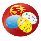 Huevos de Pascua pintados en la placa roja Imagen de archivo libre de regalías