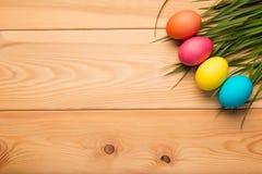 huevos de Pascua pintados en los tableros de madera en la esquina del top Imagen de archivo libre de regalías