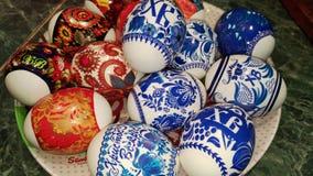 Huevos de Pascua pintados en una decoración de la placa/del huevo de Pascua imagenes de archivo