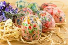 Huevos de Pascua pintados en una jerarquía de la paja Foto de archivo libre de regalías