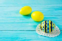 Huevos de Pascua pintados a mano amarillos Imágenes de archivo libres de regalías