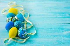 Huevos de Pascua pintados a mano azules Fotografía de archivo