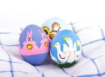 Huevos de Pascua pintados a mano brillantemente coloreados Imagen de archivo