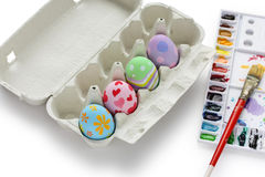 Huevos de Pascua pintados a mano en cartón de huevos Imágenes de archivo libres de regalías