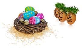 Huevos de Pascua pintados a mano en cartoonish asustada y sorprendida divertido Foto de archivo