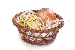 huevos de Pascua pintados a mano en pequeña cesta Fotografía de archivo libre de regalías