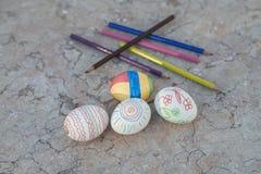 Huevos de Pascua pintados a mano en una tabla de Murble Foto de archivo