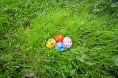 Huevos de Pascua pintados a mano ocultados en la hierba Fotografía de archivo libre de regalías