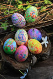 Huevos de Pascua pintados ocultados en la hierba, lista para el juego tradicional del juego de la caza del huevo de Pascua Imagen de archivo