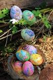 Huevos de Pascua pintados ocultados en la hierba, lista para el juego tradicional del juego de la caza del huevo de Pascua Fotografía de archivo