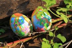 Huevos de Pascua pintados ocultados en la hierba, lista para el juego tradicional del juego de la caza del huevo de Pascua Foto de archivo