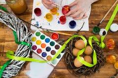 Huevos de Pascua de pintura en diversos colores fotografía de archivo
