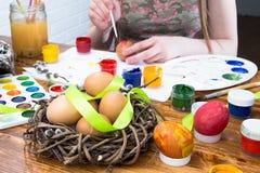 Huevos de Pascua de pintura en diversos colores fotos de archivo