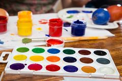 Huevos de Pascua de pintura en diversos colores imagen de archivo