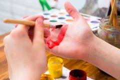 Huevos de Pascua de pintura en diversos colores imagen de archivo libre de regalías