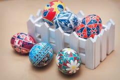 Huevos de Pascua que pintan hechos a mano Fotos de archivo