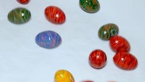 Huevos de Pascua que ruedan sobre fondo