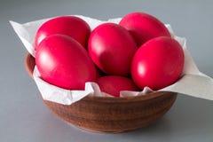 Huevos de Pascua rojos Fotos de archivo libres de regalías