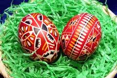 Huevos de Pascua rojos con el modelo amarillo, blanco y negro Imagen de archivo libre de regalías