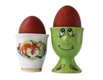 Huevos de Pascua rojos en bandejas en un fondo blanco Fotografía de archivo