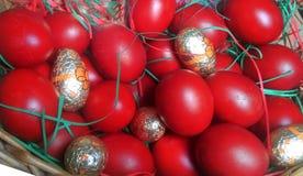 Huevos de Pascua rojos en cesta Imágenes de archivo libres de regalías