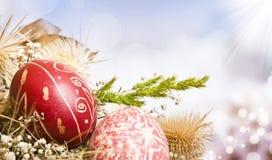 Huevos de Pascua rojos en fondo colorido imagenes de archivo