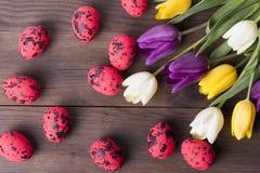 Huevos de Pascua rojos en fondo de madera Foto de archivo