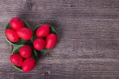 Huevos de Pascua rojos en jerarquía verde Foto de archivo libre de regalías