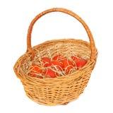 Huevos de Pascua rojos en una cesta imagen de archivo