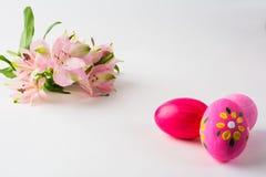 Huevos de Pascua rosados con diseño floral Fotos de archivo