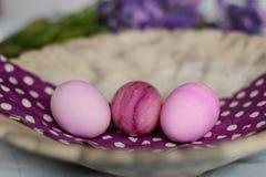 Huevos de Pascua rosados en el cuenco de mármol Fotos de archivo