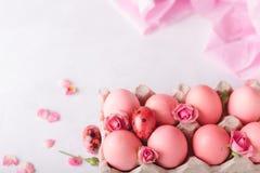 Huevos de Pascua rosados en fondo ligero Copyspace Todavía foto de la vida de las porciones de huevos de Pascua rosados Fondo con Fotos de archivo libres de regalías