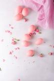 Huevos de Pascua rosados en fondo ligero Copyspace Todavía foto de la vida de las porciones de huevos de Pascua rosados Fondo con Foto de archivo libre de regalías
