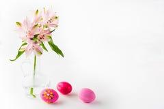 Huevos de Pascua rosados pintados a mano fotos de archivo libres de regalías