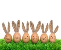 Huevos de Pascua sonrientes lindos de los conejitos con los oídos grandes Fotografía de archivo libre de regalías