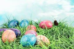 Huevos de Pascua teñidos lazo colorido Foto de archivo libre de regalías