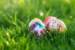 Huevos de Pascua tradicionalmente pintados ocultados en hierba imagen de archivo