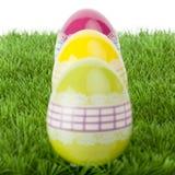 Huevos de Pascua vibrantes coloridos imágenes de archivo libres de regalías