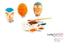 Huevos de Pascua y bandeja del color Imagen de archivo libre de regalías