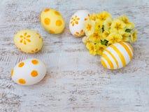 Huevos de Pascua y composición amarilla del ramo de la primavera Imagenes de archivo