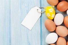 Huevos de Pascua y etiqueta en blanco Foto de archivo