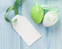 Huevos de Pascua y etiqueta en blanco Foto de archivo libre de regalías