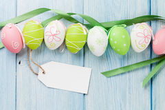 Huevos de Pascua y etiqueta en blanco de la etiqueta Fotos de archivo libres de regalías