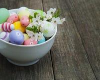 Huevos de Pascua y flor de la primavera Fotos de archivo