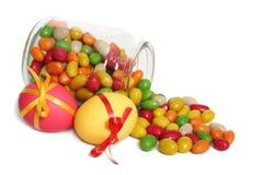 Huevos de Pascua y habas de jalea Fotografía de archivo