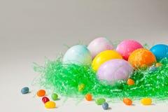 Huevos de Pascua y habas de jalea brillantemente adornados Fotografía de archivo